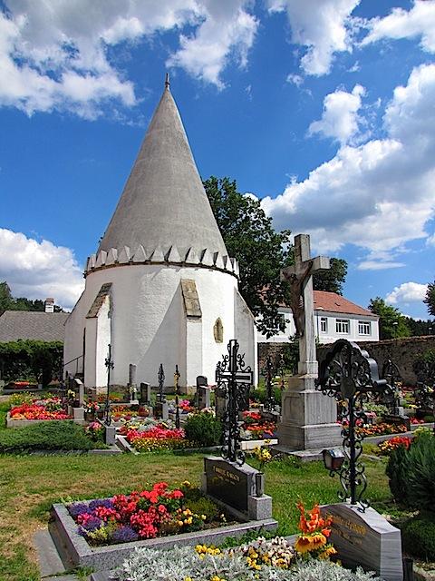 Friedhofskreuz und Karner