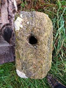Steinsockel ohne Eisenkreuz
